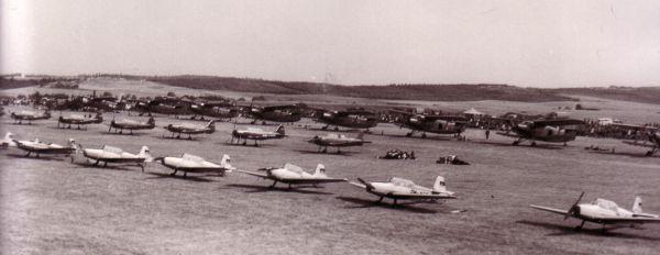 Bewährung am Himmel. Weltmeisterschaft im Motorkunstflug Magdeburg 1968. Flugzeuge stehen startbereit zum Kunstflug. Aufgenommen aus 500 Meter Höhe.