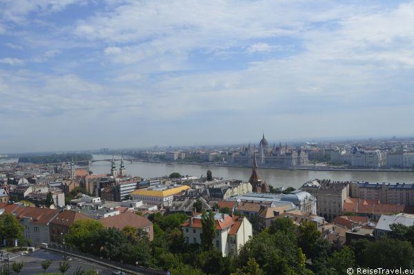 Üdvözöljük Budapesten: Mitten im Stadtzentrum und direkt an der Donau liegt das Parlament